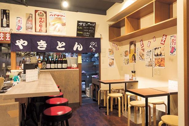 間口は狭いが奥に長い店内。テーブル席もあり、カップルやグループの利用も多い/もつ焼 のんき 大阪福島店