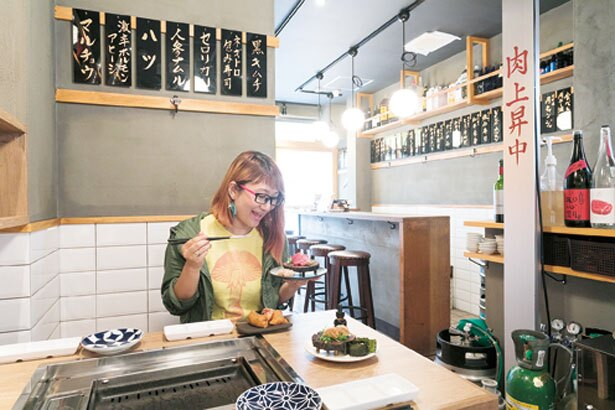 1~3階の3フロア。1階には、テーブル席のほか、奥にはカウンター席もあり/福島 焼肉寿司