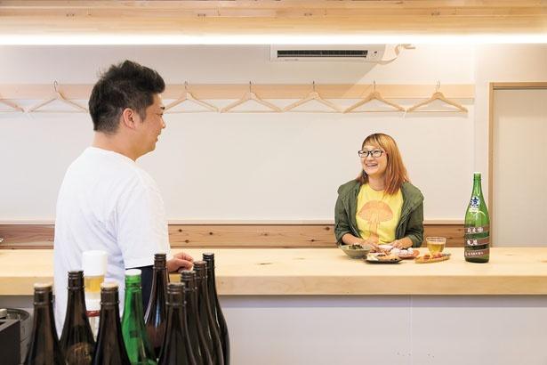 店内はイチョウの一枚板のカウンター席のみ。贅沢な気持ちになる/日本酒 弘大Z