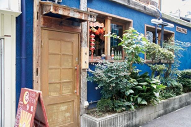 青色の壁が目をひく外観。細い路地に店を構える/路地裏チャイニーズ 有馬
