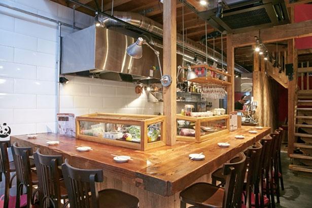 カウンター前にはその日仕入れた鮮魚や新鮮な野菜が並ぶ/CHI・i・NA 福島店
