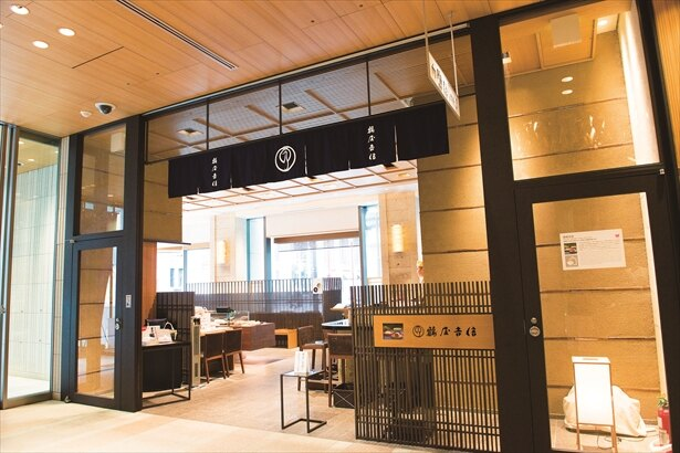 1803年に創業した京菓子の老舗「京菓匠 鶴屋吉信」は「季節の生菓子」(432円~)など多彩な菓子を販売