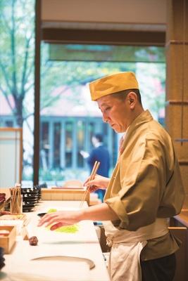 店内の「菓遊茶屋」では、職人による作り立ての生菓子をお抹茶とセットで楽しめる