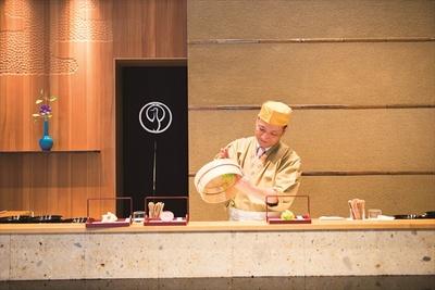 生菓子作りの実演が楽しめるのは、京都本店とここのみ。「きんとん通し」と呼ばれるザルであんを裏ごしし、「きんとん」と呼ばれる菓子の土台を作っていく