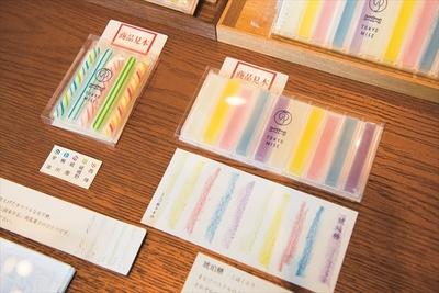 (左)砂糖を煮詰め、手作業で作る「有平糖」(540円)。柄は西陣(一番右)、祇園(真ん中)など、京都をイメージしたもの。(右)しゃりっと心地いい「琥珀糖」(1080円)