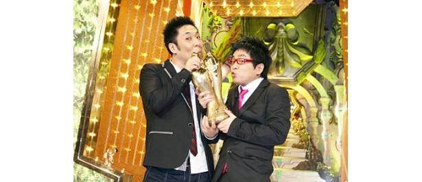 「M-1グランプリ2009」で悲願の優勝を果たしたパンクブーブー。写真左より佐藤哲夫、黒瀬純
