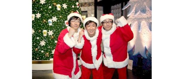サンタクロース姿の3人は、赤坂サカスのクリスマスツリーの前で記念撮影