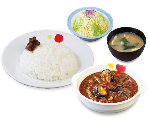 生野菜・ライス・みそ汁がついた「粗挽き肉と茄子の麻婆カレー定食」