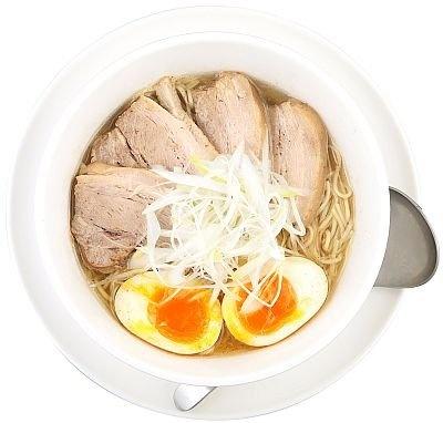 """""""淡麗系""""の流れをけん引した「アイバンラーメン」の「塩全部のせラーメン」(1100円)。丸鶏のうま味を抽出したスープと北海道産の魚介のWスープはハイレベル!"""