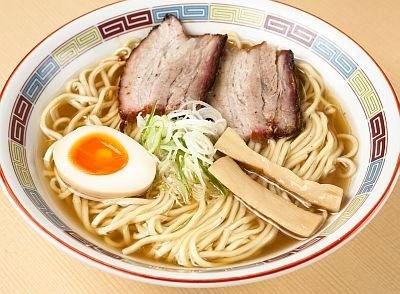 2位「煮干鰮らーめん 圓」の「昔ながらの正油らーめん」(680円)。煮干が前面に出た無化調スープは、飲むほどに深い味わい