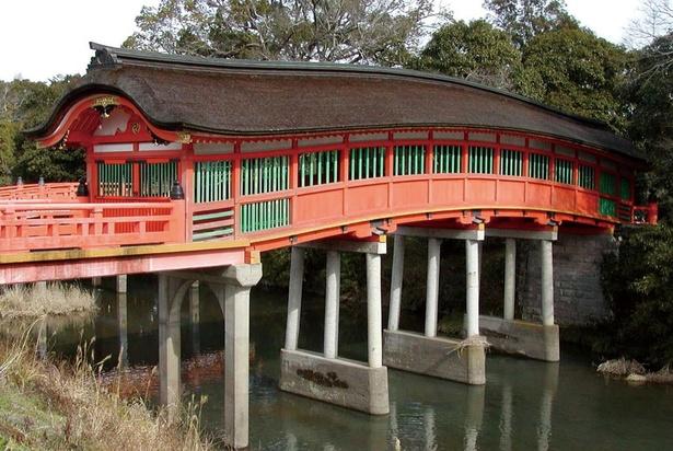 【写真を見る】「宇佐神宮」の中にある呉橋。鎌倉時代以前からあり、10年に一度の勅使祭の時だけ扉が開かれる。県指定の有形文化財