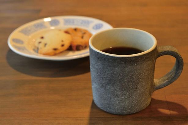 「KURU」のホットコーヒー(400円)。コーヒー豆は、福岡の信頼できるカフェから仕入れて焙煎したもの