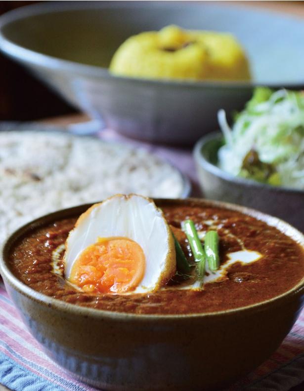 チキンやエッグ、ベジタブルなど7種のカレーから選べる「ぽからカレーセット」(1100円)。インドネシアの辛い炒飯「ナシゴレン」や南インドの家庭料理「マサラドサ」も味わえる