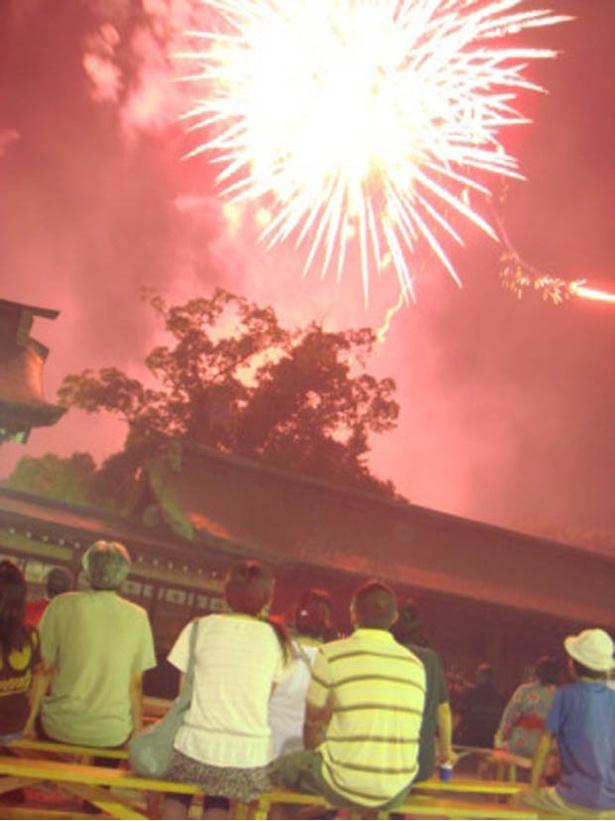 佐賀城北濠の水面に映る花火が幻想的な「佐賀城下花火大会」