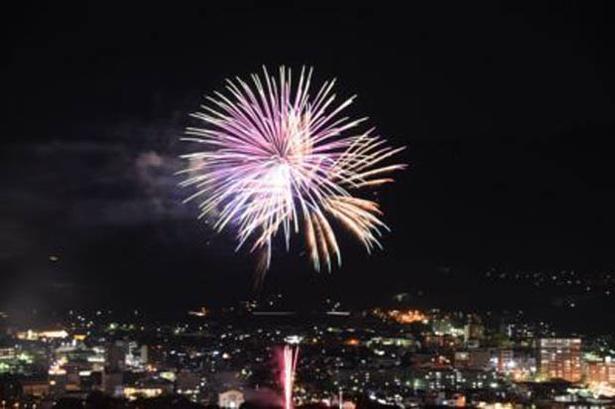 【写真を見る】夜空を2500発の花火が舞う「第49回伊万里市民納涼花火大会」