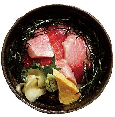 アニーさんおすすめ!「彦兵衛」の「まぐろ3色丼」(2100円、味噌汁付き)。赤身、中トロ、大トロが乗った贅沢品