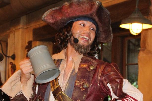 愉快な海賊楽団のメンバーが、歌と演奏、楽しいトークで盛り上げる