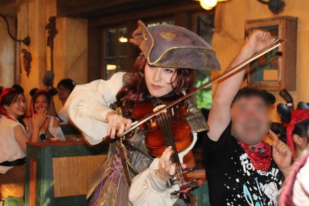 【写真を見る】美しい女海賊が奏でるバイオリンに惚れ惚れ!