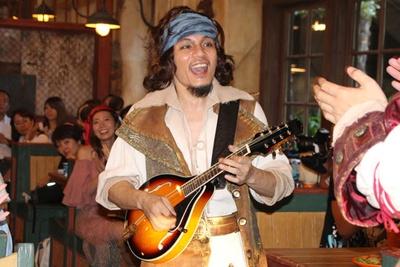 ショーの後半で海賊たちが披露する、ソロのパフォーマンスは迫力満点!
