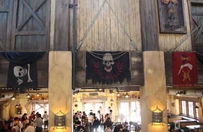 店内は海賊たちが集う酒場をイメージ