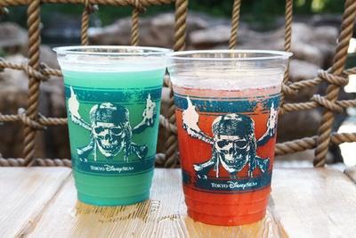海賊たちが航海する海をイメージした「ビアカクテル(サワーホワイト&ブルーシロップ)」(左・680円)と、海賊たちの熱い血潮をイメージした「テキーラトマトカクテル」(右・680円)