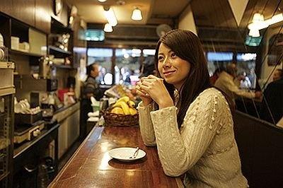 純喫茶のような雰囲気の「岩田」。コーヒーは370円。店主の岩田サワ子さんの温かな人柄にひかれ、市場の常連が集う