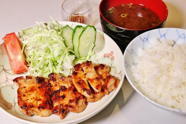 厚さ約1.5cmはある肉厚の背ロースを惜しげもなく使う、生姜焼き(単品1680円)