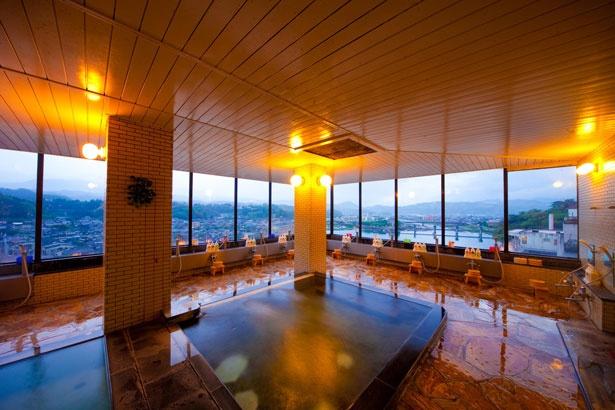 内湯は、パノラマで三隈川や日田の街並みを見下ろせる