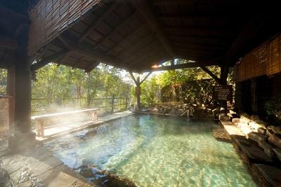 天瀬三瀑の一つ「桜滝」を望む展望露天風呂「滝観庵」。夏には、緑の合間から豪快な滝が流れる、涼しげな風景が見られる