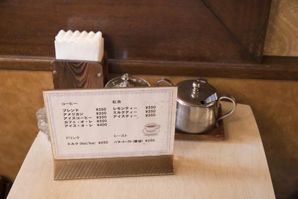 店のメニューは10種類のみ。席はすべて喫煙が可能で、禁煙にするつもりはないらしい