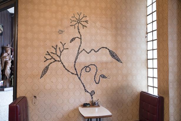 淺井裕介氏の描いた壁面のアート作品。反対側の壁には異なるモチーフが描かれている
