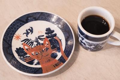 店で使用しているカップとソーサーには、絵を描いてから焼成した淺井裕介氏の作品が1組だけ存在する。カップの絵柄は内部に描かれており、飲み干したら分かるようになっている