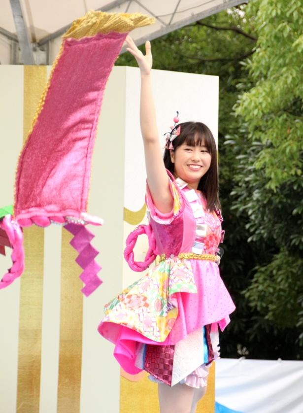 ミニスカート姿の佐々木彩夏さん