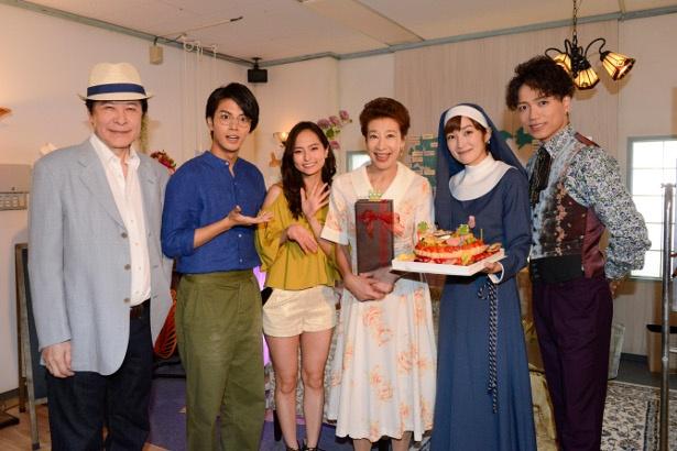 「あいの結婚相談所」メンバーで前田美波里をサプライズでお祝い!