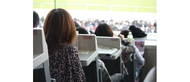 指定席には女性の姿も多く見られた