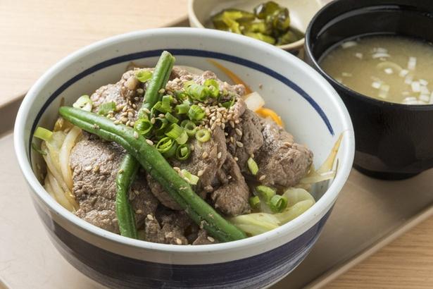 松尾ジンギスカン 新千歳空港フードコート店/牛丼感覚で手軽に味わえるジンギスカン丼。ライスの量は調整可能