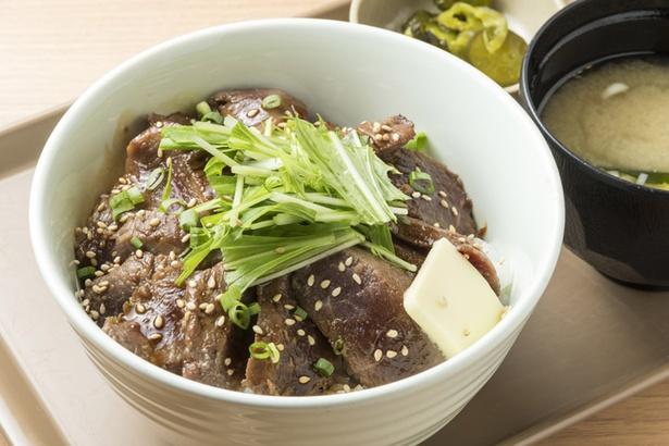 松尾ジンギスカン 新千歳空港フードコート店/ジンギスカンステーキ丼の赤身肉は牛肉のタタキのような食感で、噛むたびうま味が口に広がる