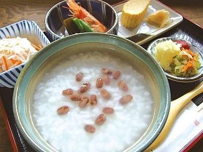 おかげ横丁「すし久」の「新春朝粥」(800円)。大納言小豆の赤と、粥の白さで紅白を表現しているめでた〜い一品