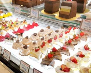 常時約15種のケーキがショーウィンドウを彩る。本店にはチョコレートのための特別な空間「サロン・ド・ショコラ」も