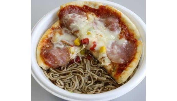 """コンビニのピザを温めてのせても、おいしい! """"ピザそば""""は、チーズとダシがよく合う、ルーさんもオススメのアレンジ方法"""