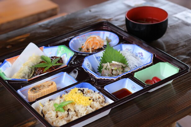 アユ料理が一通り楽しめる竹定食(1800円)