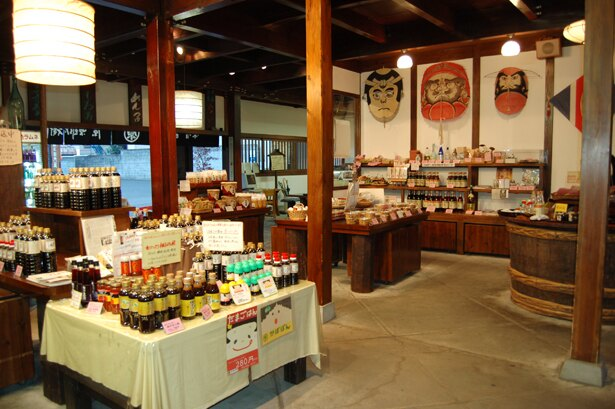 1899(明治32)年創業の味噌、醤油の醸造元で、創業時より作り続けるラムネも名物