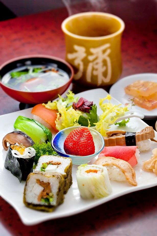 色とりどりの寿司を盛り付けるひたん寿し(1500円)