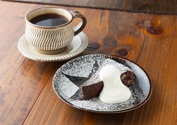 「豆香洞コーヒー」がてがけるコーヒーと自家製ガトーショコラのセット(700円)
