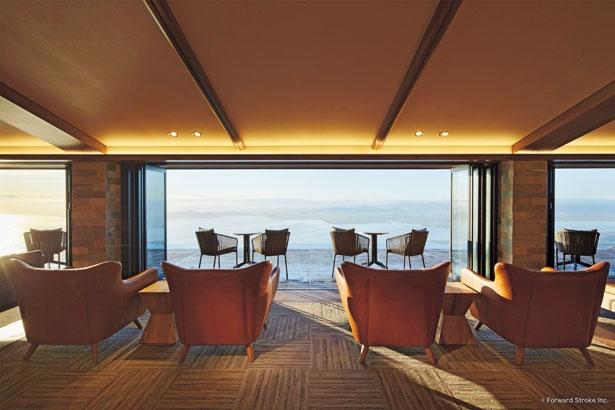 びわ湖テラスのカフェ店内には「大人の山岳リゾート」をテーマにした、特注のハイセンスなデザイナーズ家具が並ぶ/びわ湖テラス