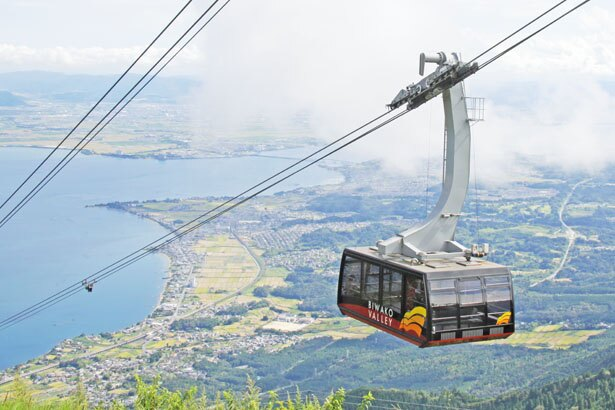 【ロープウェイ】標高約300mの山麓駅から標高1100mの山頂駅までの約1800mを約5分で走行/びわ湖テラス