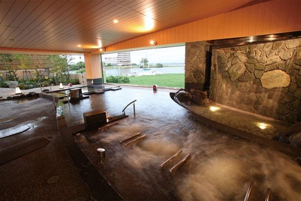 ジェットバスや電気風呂も付いた、大型の露天風呂や、炭酸泉、寝湯などがそろう/びわ湖テラス