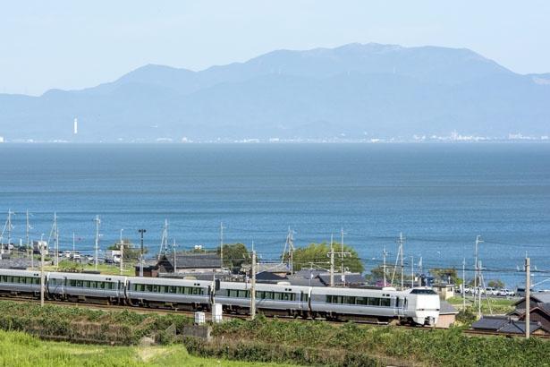 琵琶湖と比良山系の山並みと景色のよさにも定評あり/JR湖西線