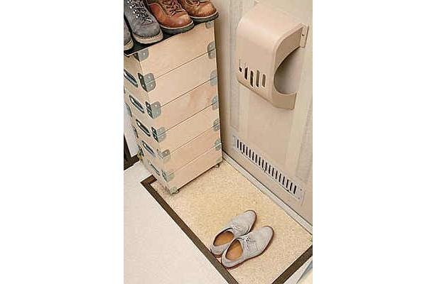 玄関は、すべての運気の出入り口。余計な物を置くと、良い運の流れを阻害してしまうので整頓して