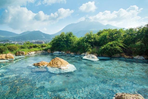 【写真を見る】広々とした湯舟から由布岳を望む女性専用露天風呂「空海の湯」